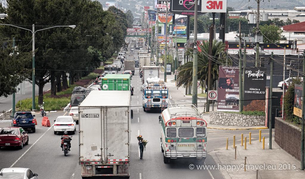 Deti zo slumov Guatemala City sú za pár drobných ochotné riskovať život. Malý predavač kvetov v najväčšej popoludňajšej premávke.