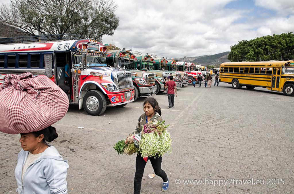 Hlavným dopravným prostriedkom v Strednej Amerike sú školské autobusy z USA z 60. rokov