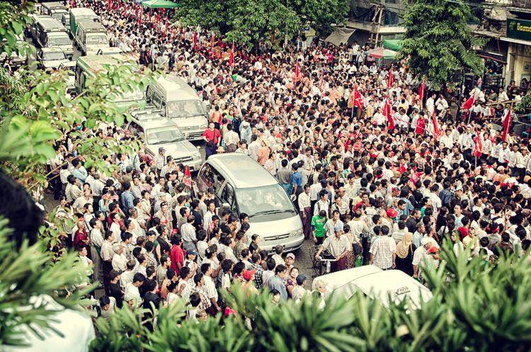 Su-Ťij prichádza na pouličnú demonštráciu. Rangún, Barma