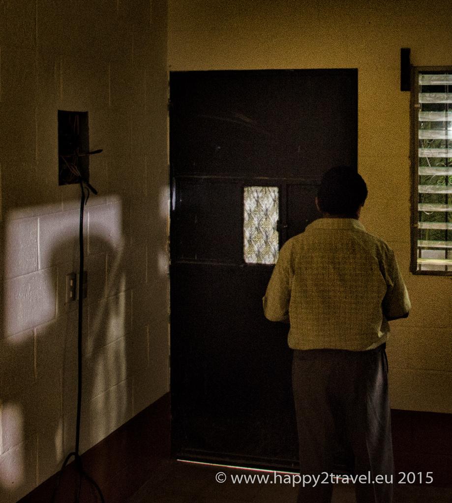 Kňaz má strach o svoj život. Súhlasil len s fotografiou bez tváre a v tme. Prevádzačstvom sa vraj živí veľa miestnych.