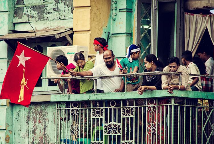 Všetky okná a balkóny sú plné ľudí