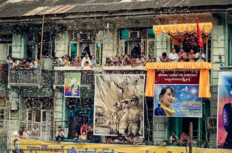 Su-Ťij prehovára k davom v Rangúne