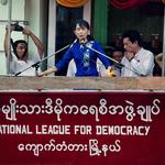 Tváre Indočíny: Laureátka Nobelovej ceny mieru Su-Ťij na pouličnej demonštrácii v Rangúne