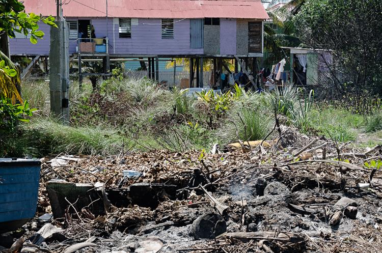 Svoje slumy majú aj turistické koralové ostrovy. Stačí prejsť Ďalej od hlavnej cesty s hotelmi a reštauráciami. Caye Caulker, Belize