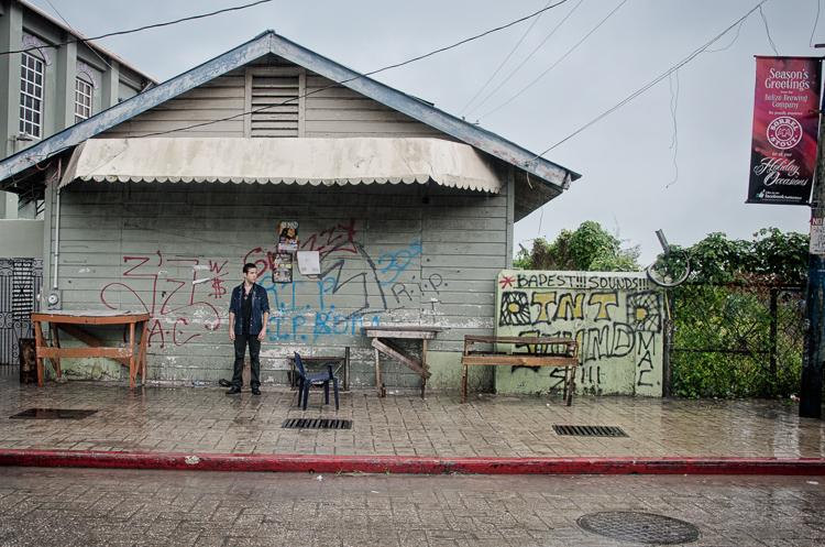 Na stenách budov si nechávajú gangy odkazy v podobe grafiti. Nápisy na obrázku sú poctou zavraždeným členom gangu
