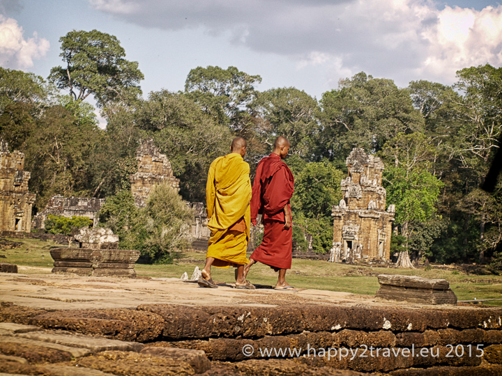 Budhizmus aj iné náboženstvá boli počas vlády Angkaru zakázané. Rovnako ako vzdelávanie, ale aj spev či smiech.