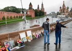 Obraz zavraždeného opozičného politika Borisa Nemcova previazaný ukrajinskou vlajkou na pozadí Kremľa