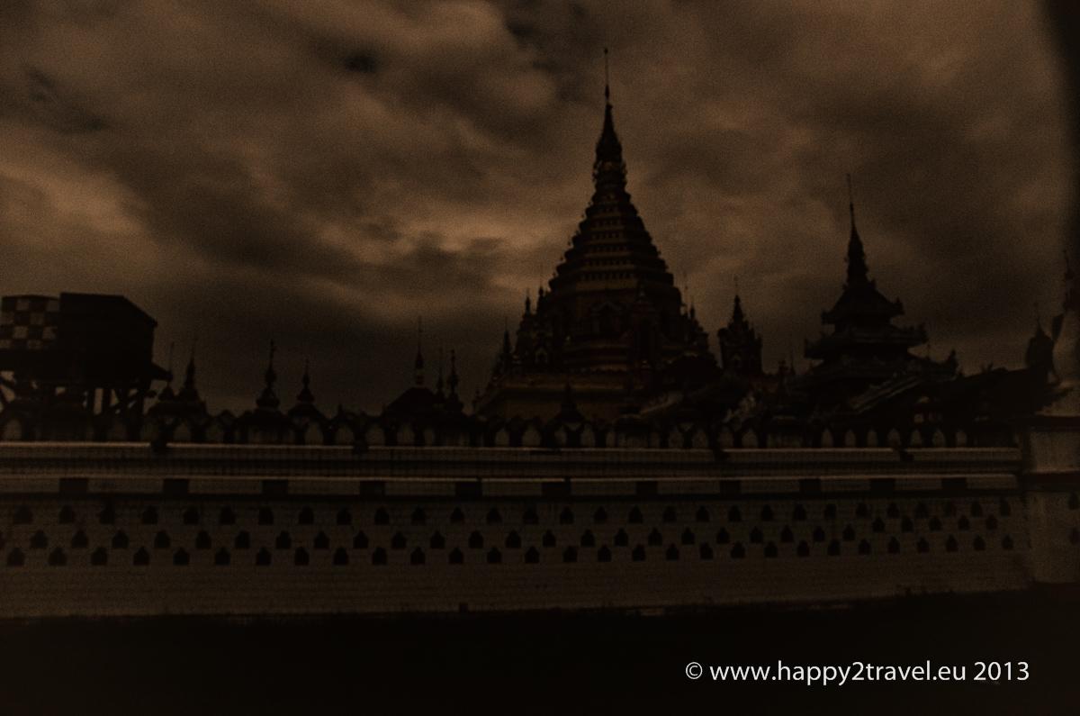 Nočný budhistický chrám