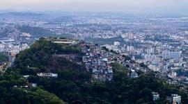 Prerastanie slumov a luxusných štvrtí: vilová štvrť Santa Teresa a zahnívajúce domy na úbočiach