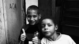 ...Deti slumov. Favelu môžu nenávidieť, môžu sa jej báť, ale väčšina z nich jej nikdy neunikne