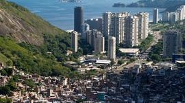 Pohľad zhora na mesto. Hneď za rakovinou slumov sa začína luxusná štvrť s vežiakmi a prvotriednymi plážami