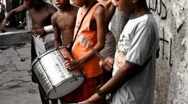 Pouliční hudobníci. Sociálni aktivisti sa snažia deti naučiť zarábať si inak ako žobraním, drogami a lúpežami