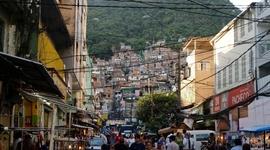 Slum, čiže favela: prechod medzi normálnymi ulicami a prvými domami vo favele