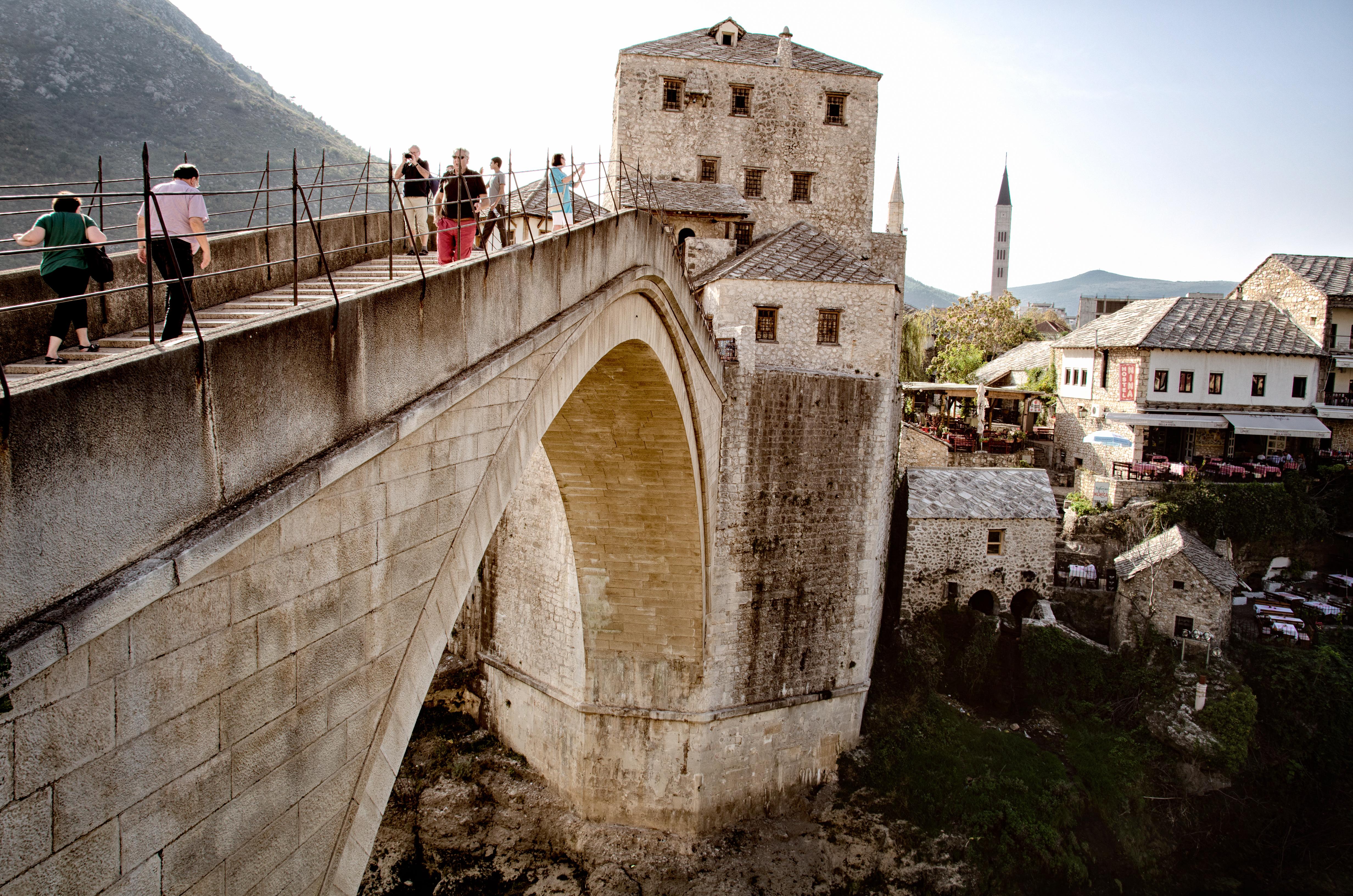 PohÄžad na starobylĂ˝ most v bosniackom Mostare