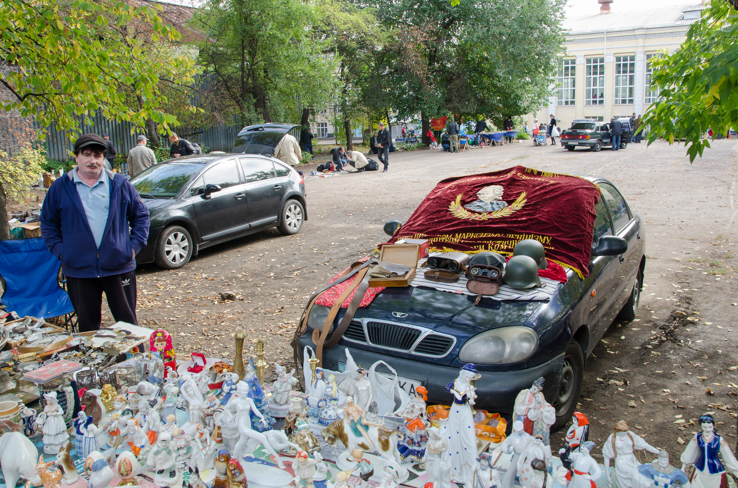 Blší trh v Donecku. Trónia tu vedľa seba koberček s Leninom a esesácke prilby.