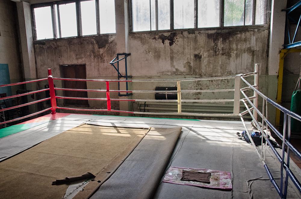 Takmer opustená telocvičňa v Donecku má ring nasiaknutý vodou kvôli zbombardovanej streche