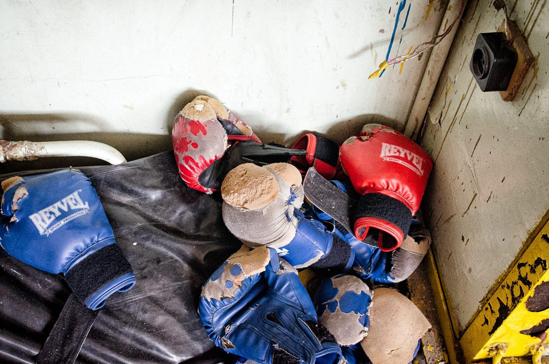 Vynosené rukavice v miestnom kickboxerskom klube