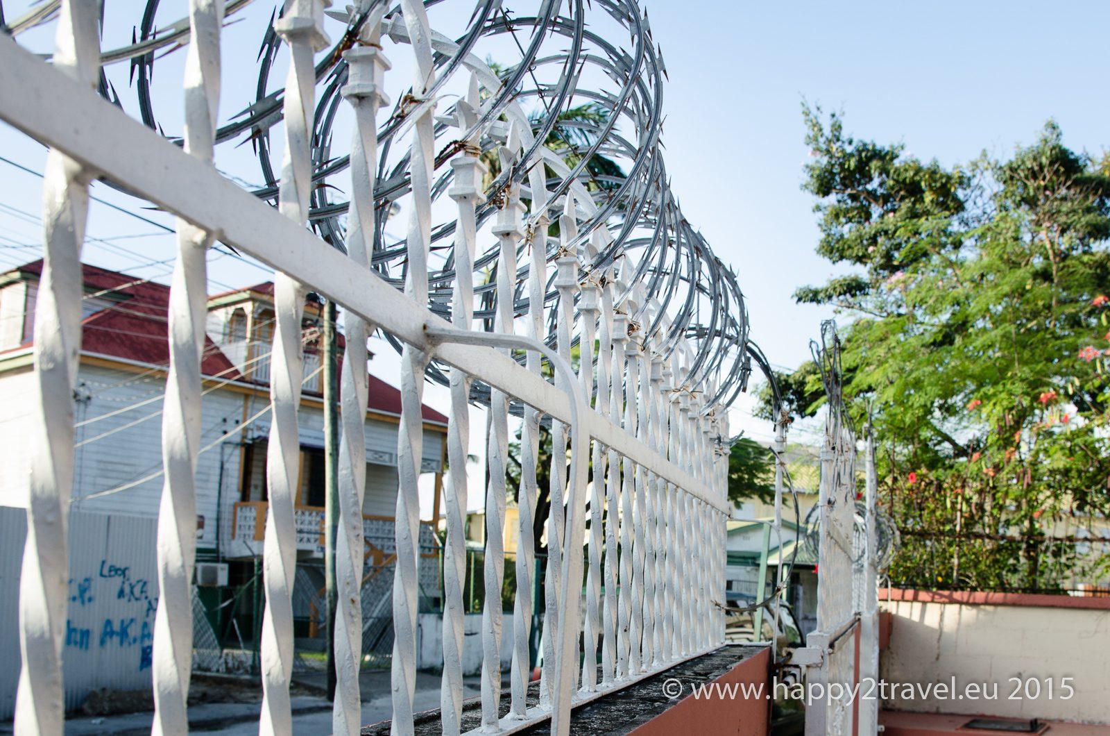 Belizská realita – žiletkovým drôtom sú obohnané aj hotely a reštaurácie