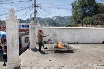 Mayský šaman počas vykonávania obety – priamo na schodoch kostola
