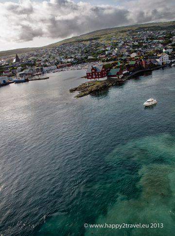 Prístav v Torshavne s machovými strechami