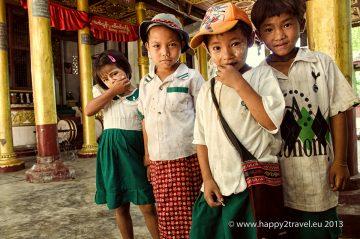 Barmské deti v budhistickom chráme