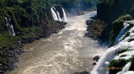 Rieka Iguazu sa postupne mení na divokú riavu
