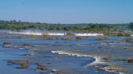Pokojný vrchol vodopádov Iguaçu z brazílskej strany