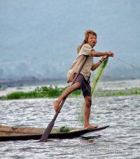 Typický rybár z Inle veslujúci nohou