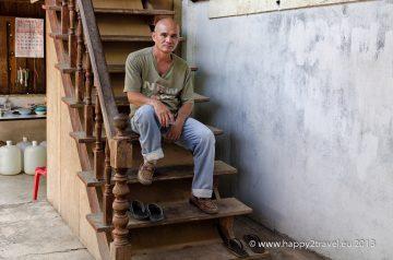 Thet Oo strávil v pracovných táboroch niekoľko rokov. Pri mučení prišiel o sluch.