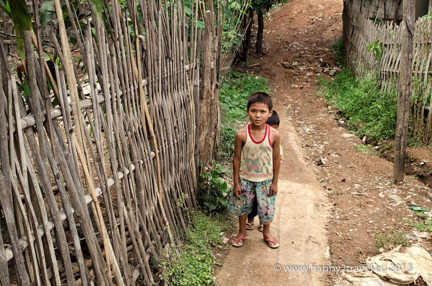 V džungľových uličkách tábora