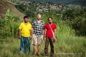 Politický väzeň Zaw Win, so svojimi priateľmi, v pozadí ich tábor