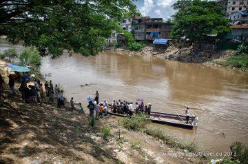 Prechod barmských emigrantov cez rieku do Thajska