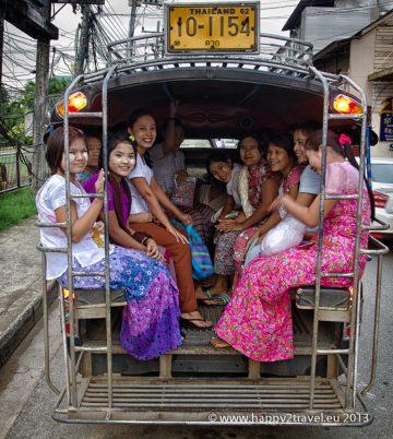 Barmské nádenníčky s tradičnými líčidlami na tvári