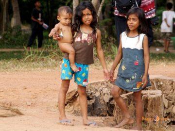 Kambodžské deti. Naďalej obete hladu a beznádeje.