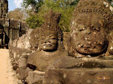 Veľký brat ťa sleduje. Kráľovská brána do svätyne Angkor Thom.