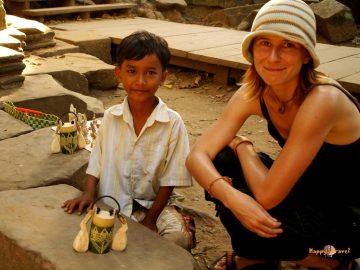 Justyna s khmérskym chlapčekom a jeho podivným hudobným nástrojom