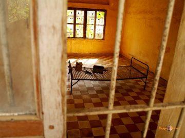 Cela prominentných väzňov v kambodžskom väzení S-21. Na posteli spali a znášali mučenie, kým ich neodviedli k masovému hrobu