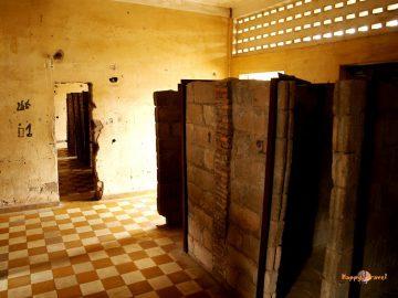Napravo kobky v tajnom väzení Červených Khmérov S-21. Sú dlhé menej ako jeden meter