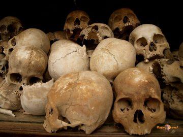 Obete Červených Khmérov. Záľahy popraskaných ľudských lebiek. Kati zabíjali palicami, bolo to lacnejšie
