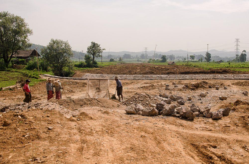 Plynovod prechádza pozemkami dedinčanov, z ktorých sú okamžite vyvlastňovaní s minimálnou náhradou