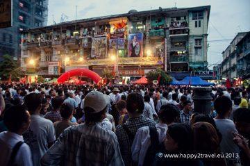 Pouličná demonštrácia v uliciach Rangúnu