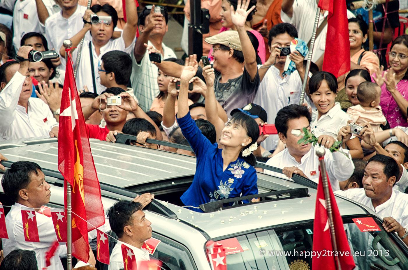 Opozičná líderka Su-Ťij prichádza na pouličný míting