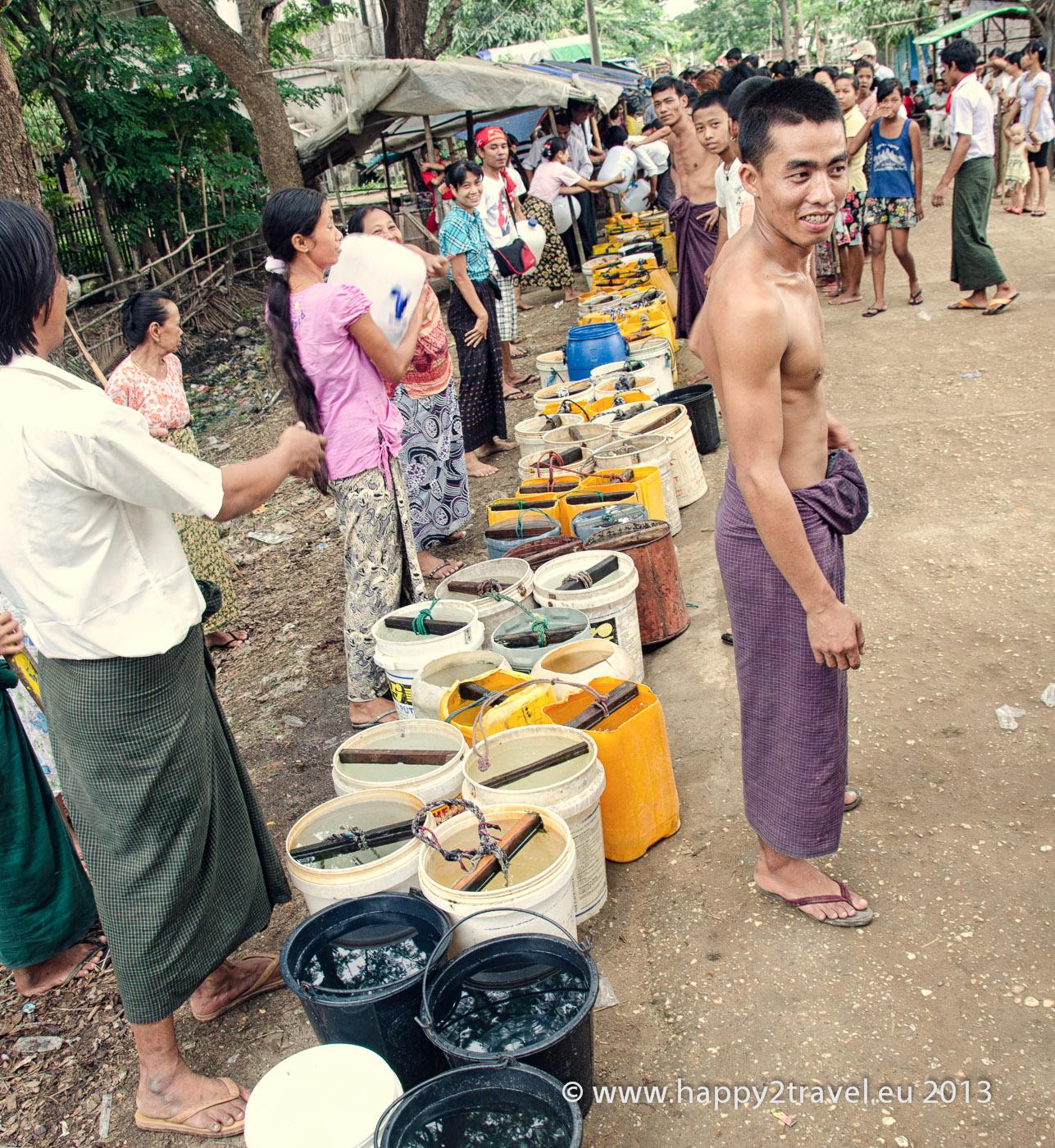 Opozičná NLD distribuuje vodu ľuďom v chudobných štvrtiach