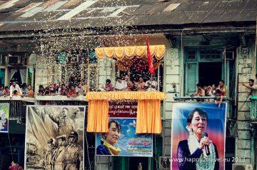 Pred vystúpením Su-Ťij. Desiatky tisícov ľudí na ňu čakajú na ulici dlhé hodiny.