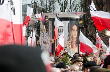 Nedeľa ráno, presne rok po havárii: spomienkové stretnutie sa mení na politický míting