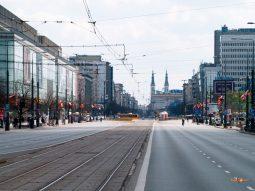 Hlavná mestská tepna, úplne prázdna: ťaživé ticho na uliciach. Smrť poľského prezidenta.