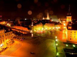 Hanblivá, no príťažlivá: nočná Varšava so Žigmundovým stĺpom