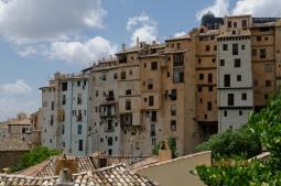 Visuté domy v meste Cuenca